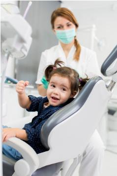 b4c84184c A primeira visita ao dentista ocorre normalmente quando o bebê tem 1 ano de  idade. Logo após